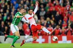 Nordirlands Verteidiger Gareth McAuley, links, kämpft um den Ball gegen den Schweizer Haris Seferovic. (Bild: Laurent Gilliéron / Keystone)