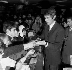 Jürgens signiert 1966 in Zürich Autogrammkarten. (Bild: Keystone)