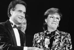 Im Januar 1984 überreichte Kurt Felix der Entertainerin Caterina Valente den Ehren-Prix-Walo. (Bild: Keystone)