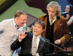 """Showgrössen unter sich: Stefan Raab, Udo Jürgens und Thomas Gottschalk in der Sendung """"Wetten dass..."""" vom 26. Januar 2008. (Bild: Keystone)"""