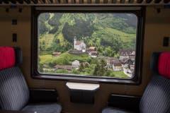 Die Kirche von Wassen aus einem fahrenden Personenzug auf der Gotthard Bergstrecke zwischen Erstfeld und Goeschenen. Wassen wurde durch den Bau der Gotthardbahn (1872–1882) weltberühmt. (Bild: Keystone)