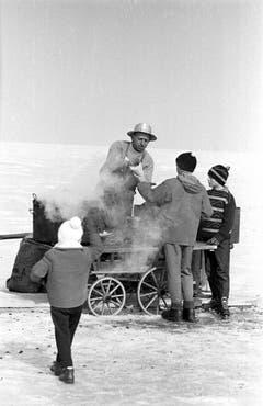 Ein Marroniverkäufer hat seinen Stand auf dem zugefrorenen Bodensee eingerichtet. (Bild: Keystone)