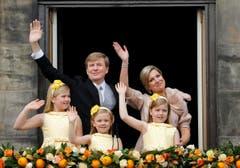 König Willem-Alexander und Königin Maxima mit ihren Töchtern Catharina-Amalia, Ariane und Alexia auf dem Balkon des Königspalastes in Amsterdam. (Bild: Keystone)