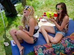 Zwei Sonnenbrillen und kühles Nass aus einer Wasserpistole. (Bild: Coralie Wenger)
