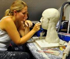 Eine Anthropologin trägt die «Hautschicht» auf. (Bild: pd/Robin Gommel)