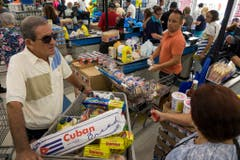 Massenansturm in den Einkaufsläden: Die Menschen in Miami bunkern Vorräte. (Bild: Keystone)