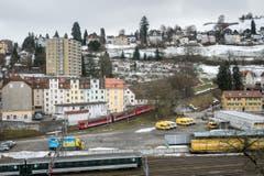 Ab Osterdienstag bis Anfang Oktober ist die Eisenbahnverbindung zwischen St.Gallen und Teufen unterbrochen. Ursache dafür sind Bauarbeiten unterhalb der Ruckhalde: Hier muss die Rampe und die Brücke über die Oberstrasse neu gebaut werden. Auf dem bereits auch historischen Bild fehlt die Baustelle des neuen Tunnels. (Bild: Michel Canonica - 4. März 2015)