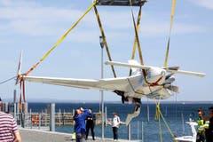 Der linke Flügel und der Propeller der Maschine wurden beim Aufprall aufs Wasser beschädigt. (Bild: Rudolf Hirtl)