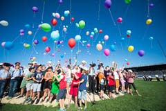 Mit vielen bunten Luftballons feiern auch die Kleinen ganz gross. (Bild: URS FLUEELER)