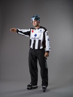 Abseits (IIHF-Regel 78): Die einzige Abseitslinie ist die blaue Linie der Angriffszone. Um ein Abseits zu verhindern, dürfen die Spieler des angreifenden Teams diese Linie nicht vor dem Puck überqueren. Der Linesman unterbricht zuerst das Spiel mit einem Pfeifsignal und zeigt dann mit ausgestrecktem Arm auf die blaue Linie. (Bild: Keystone)