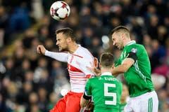 Der Schweizer Haris Seferovic, links, kämpft mit Jonny Evans, Mitte, und Gareth McAuley um den Ball. (Bild: Laurent Gilliéron / Keystone)