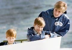 Prinzessin Diana und ihre Söhne Prinz Harry, links, und Prinz William auf Bootstour mit der «Maid of Mist» bei den Niagara Fällen. (Bild: Hans Deryk/AP (Niagara Falls, Oktober 1991))
