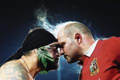 Dampfend: das Ritual nach dem Rugby-Fight – ein Maori aus Neuseeland (links) mit dem irischen Nationalspieler Rory Best. (Bild: Hannah Peters (Getty Images AsiaPac))