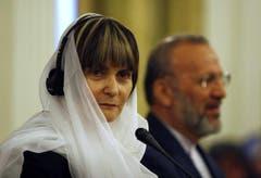 Hoch umstritten: eine verschleierte Micheline Calmy-Rey bei ihrem Besuch in Iran. (Bild: Vahid Salemi (AP))
