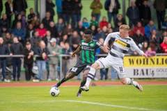 St.Gallens Edgar Salli im Zweikampf gegen Borussias Marvin Schulz. (Bild: Urs Bucher)