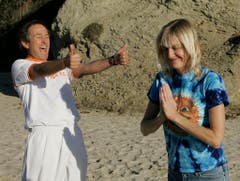 Jeffrey Briar und Kathy Burns machen am 29. Nov. 2006 am Strand von Laguna Beach in Kalifornien Lach-Yoga. (Bild: Keystone)
