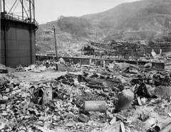 Nur noch ein Tank steht in Nagasaki nach dem Atombombenabwurf aufrecht. (Bild: Keystone)