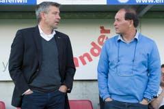 Urs Fischer im vergangenen Frühling im Zwiegespräch mit dem damaligen Aarau-Trainer Raimondo Ponte. (Bild: Keystone)