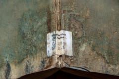 Ein Bestand aus dem Jahr 1822: Die Farbe des Buchrückens ist kaum noch zu erkennen. (Bild: Urs Lindt)