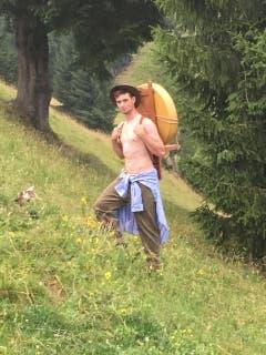 Der 23-jährige Maxime ist gelernter Landwirt und arbeitet zusammen mit seinem Vater und Onkel auf dem Familienbetrieb. Daneben absolviert er eine Zweitlehre als Förster. (Bild: www.bauernkalender.ch)