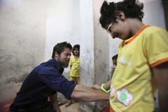 Ein Hollywoodstar zum Anfassen: Für die UNO besucht Brad Pitt 2009 ein syrisches Flüchtlingscamp bei Damaskus. (Bild: Keystone)