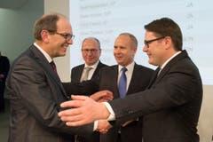 Beni Würth (rechts) heisst Bruno Damann im St.Galler Regierungsrat willkommen. (Bild: Urs Bucher)