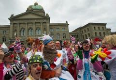 Mit roter Nase und Modellierballons besuchen die Clowns auch kranke Kinder in Spitälern. (Bild: Keystone)