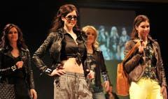 Printhosen, gelbe Jeans, bedruckte Shirts: Petra Micanovic, Lisa Schneider, Kim Wirth und Dominique Fischer zeigen sich in modischen Outfits. (Bild: Reto Martin)