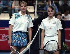 Im Februar 1995 trifft Martina Hingis zum ersten Mal auf die grosse Steffi Graf - und verliert. (Bild: Keystone)