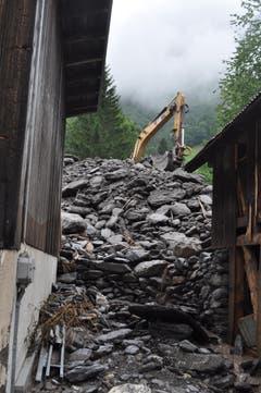 Am Montag waren die Aufräumarbeiten in Schwendi in vollem Gang. (Bild: Sarganserländer/Michael Kohler)