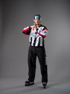 Check gegen die Bande (IIHF-Regel 119): Ein Spieler, der einen Gegenspieler mit dem Körper oder dem Ellenbogen checkt, ihn angreift oder ihm so das Bein stellt, dass dieser dadurch heftig gegen die Bande geworfen wird. Mit der geballten Faust wird auf Brusthöhe in die andere, offene Hand getippt. (Bild: Keystone)