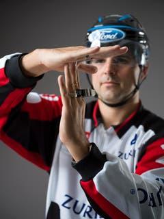"""Time-Out (IIHF Regel 61): Jedem Team ist ein 30-Sekunden-Time-Out im Spiel erlaubt (in der regulären 60-minütigen Spielzeit einschliesslich Verlängerung). Beide Hände formen auf Brusthöhe ein """"T"""". (Bild: Keystone)"""