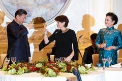 """""""Zum Wohl"""" heisst es dann wenig später bei Bundespräsidentin Doris Leuthard und China's Staatspräsident Xi Jinping. (Bild: Keystone)"""