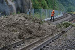 Nichts geht mehr: Bei Flamatt liegen Bäume und Erdreich auf den Geleisen, der Zugverkehr ist unterbrochen. (Bild: Keystone)