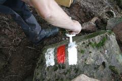 Auf Steinen verwittert die Markierung jeweils stark. Deshalb werden sie jährlich kontrolliert und übermalt. (Bild: Jolanda Riedener)
