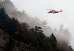 Ein Rettungshelikopter auf dem Weg zur Unfallstelle. (Bild: Keystone)
