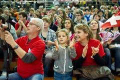 Volle Halle: Die Zuschauer zeigten sich ob der Leistung der Schweizerinnen beim 21:1 im Auftaktspiel gegen Russland begeistert. (Bild: Keystone)