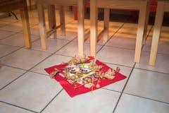 Unter dem Tisch werden einige Eichenäste mit Süssigkeiten gelegt. Dies soll laut Brauch Glück und Zufriedenheit bringen. (Bild: Ralph Ribi)