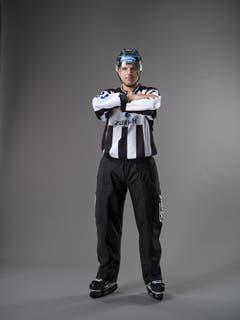 Unerlaubter Befreiungsschlag (IIHF-Regel 65): Wenn ein Spieler aus der eigenen Spielhälfte (inklusive der Mittellinie) den Puck über die verlängerte Torlinie schiesst oder ablenkt; dabei ist die Position des Pucks bei der Schussabgabe ausschlaggebend, nicht die Position des Spielers. Der hintere Linesman (oder Schiedsrichter beim Zwei-Mann-System) signalisiert ein mögliches Icing mit ausgestrecktem Arm über Kopfhöhe. Der Arm wird in dieser Position gehalten bis der vordere Linesman (oder Schiedsrichter) das Icing abpfeift oder annulliert. Wird auf Icing entschieden, kreuzt der hintere Linienrichter (oder Schiedsrichter) zuerst die Arme vor der Brust und zeigt danach auf den entsprechenden Anspielpunkt. (Bild: Keystone)