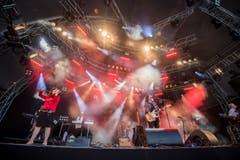 Erster Höhepunkt: Phil Bates spielt mit seiner Band Stücke von ELO. (Bild: Reto Martin)