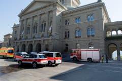 Ambulanz, Polizei und Feuerwehr stehen vor dem Bundeshaus bereit. (Bild: Keystone)