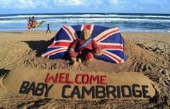 In der ehemaligen britischen Kolonie Indien heisst ein Sandskulpturenkünstler den Thronfolger willkommen. (Bild: Keystone)
