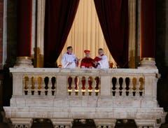 Kardinal Jean-Louis Tauran (Mitte) verkündet: «Habemus papam». (Bild: Keystone)