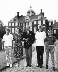 Die Königsfamilie am 24. August 1983: Prinz Johan Friso, die damalige Königin Beatrix, Prinz Claus, der jetzige König Willem-Alexander und Prinz Constantijn (von links). (Bild: Keystone)