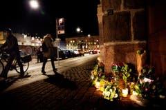 Vor der französischen Botschaft in Dänemark wurden Blumen und Kerzen hingelegt. (Bild: Keystone)