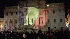 People at Trevi fountain pay tribute to terror victims (Bild: Keystone)