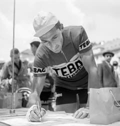 Ferdy Kübler schreibt sich in Le Locle vor dem Start zur 1. Etappe der Tour de Romandie ein (13. Mai 1954). (Bild: Keystone)