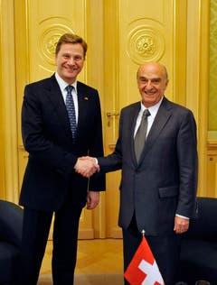 Pflegte die Kontakte mit der Schweiz: Politiker Guido Westerwelle und Bundespräsident Hans Rudolf Merz im Bundeshaus im November 2009. (Bild: Keystone)