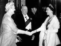 Hoher Besuch in der 10 Downing Street: In seinem letzten Jahr als Premierminister begrüssen Winston Churchill und seine Frau Clementine Königin Elizabeth II. (1955). (Bild: Keystone)