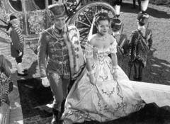 """Karlheinz Böhm als Kaiser Franz Joseph mit Romy Schneider als Kaiserin Sissi im Jahr 1956: Die drei """"Sissi""""-Filme machten Böhm und Schneider berühmt. (Bild: Keystone)"""
